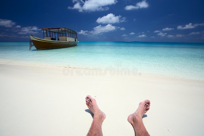 Le marin a un reste sur une plage photos stock