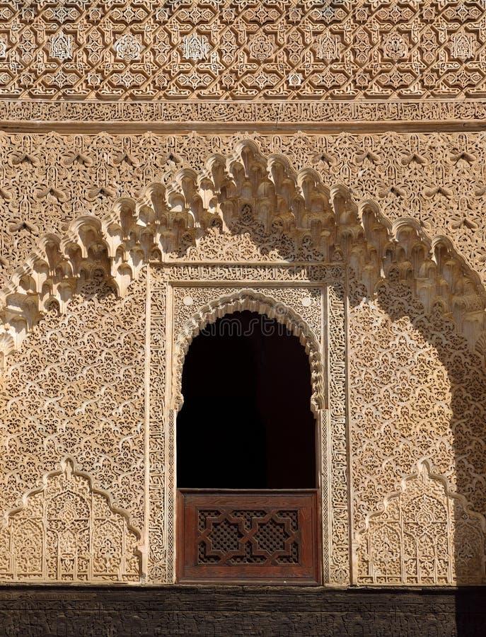 Le Maroc, Fez, la fenêtre islamique médiévale complexe et la bordure de stuc photographie stock libre de droits