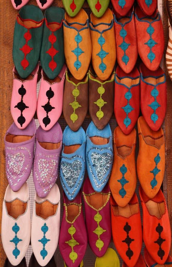 Le Maroc, Marrakech la Médina, chaussons colorés photo stock