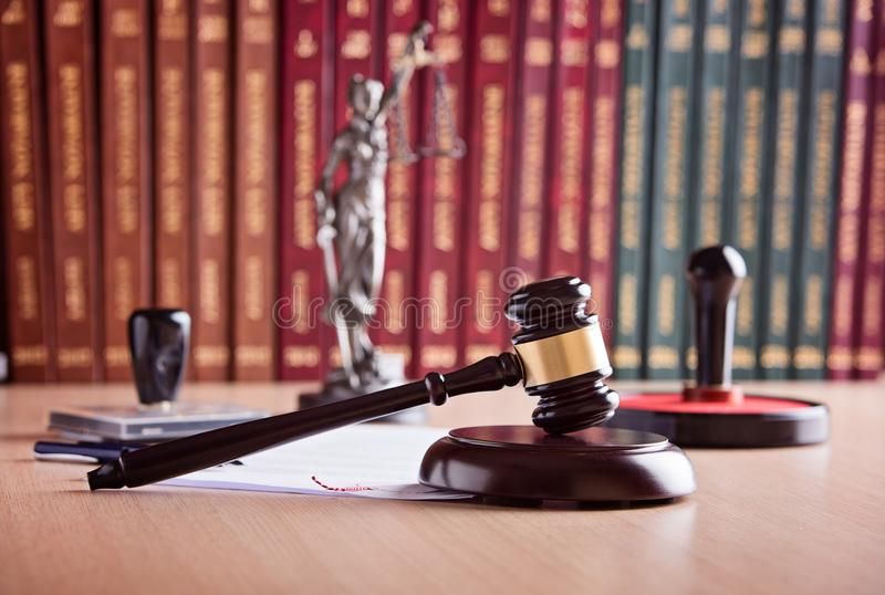 Le marteau du juge de cour photographie stock libre de droits