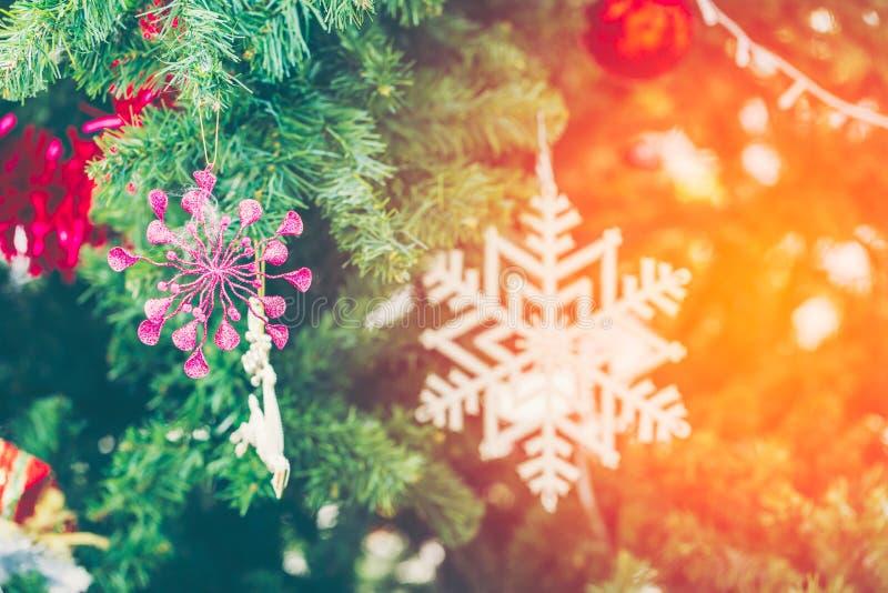 Le MAS du ` X tiennent le premier rôle la décoration sur l'arbre de Noël photos stock