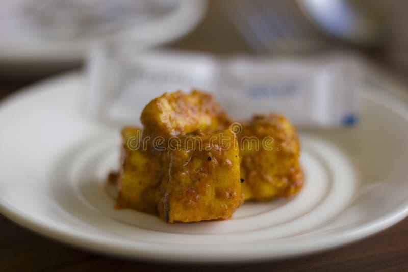 Le masala de beurre de Paneer également connu sous le nom de plat indien savoureux épicé de fromage blanc a servi de sauce au jus images stock