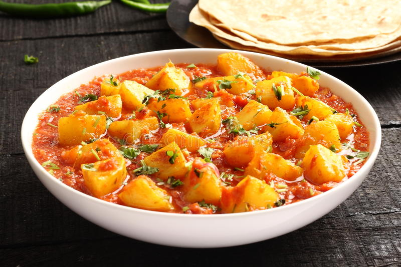Le masala de cari d'Aloo, pomme de terre a fait cuire avec des épices photographie stock libre de droits