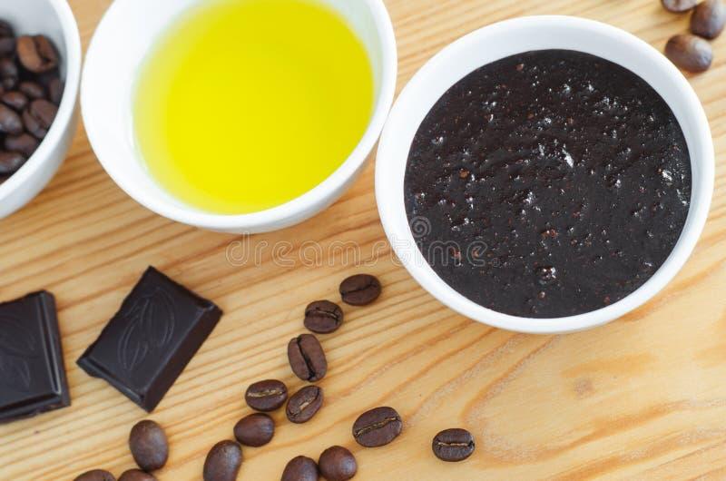 Le masque foncé et moulu de cafè de chocolat d'ocoa de ¡ de Ð, d'huile d'olive frottent Cosmétiques de Diy images stock
