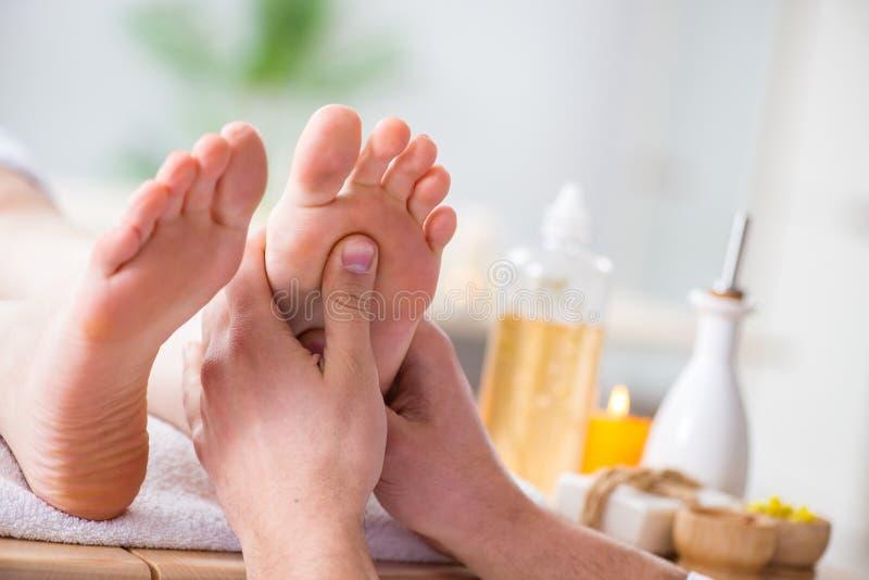 Le massage de pied dans la station thermale médicale photos stock
