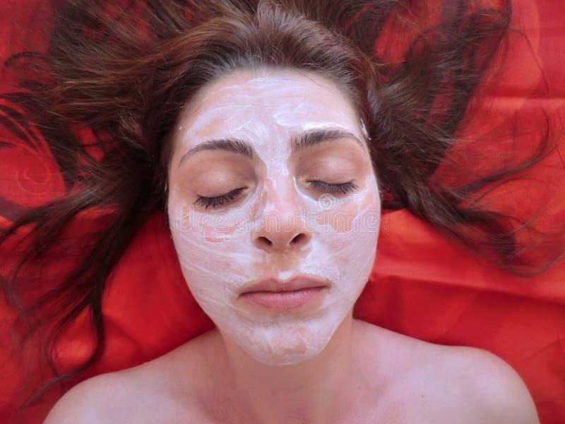Le massage facial fait maison masque la beauté, traitement de station thermale, maquillage image libre de droits