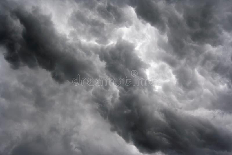 Le masse delle nubi scure fotografia stock
