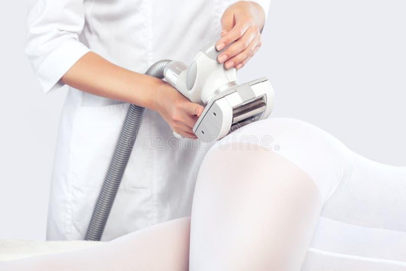 Le masseur dispose à faire un massage d'anti-cellulites de matériel photos libres de droits