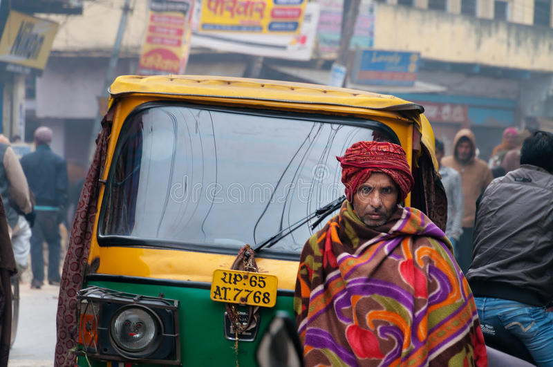 Le matin brumeux froid de rue en hiver à Varanasi image libre de droits