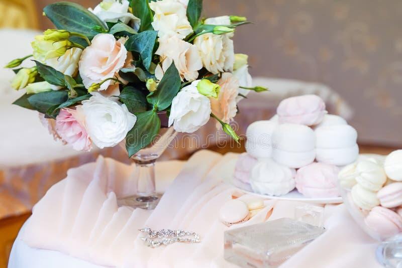 Le matin nuptiale détaille la composition Bouquet du ` s de jeune mariée des fleurs d'eustoma, des bijoux, des parfums et guimauv photos libres de droits
