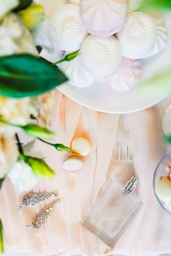 Le matin nuptiale détaille la composition Vue supérieure des bijoux, des parfums, bouquet des fleurs d'eustoma et guimauve et mac image stock