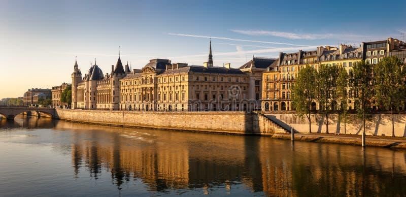 Le matin rougeoyant s'allument sur le Conciergerie et la rivière la Seine, P photographie stock