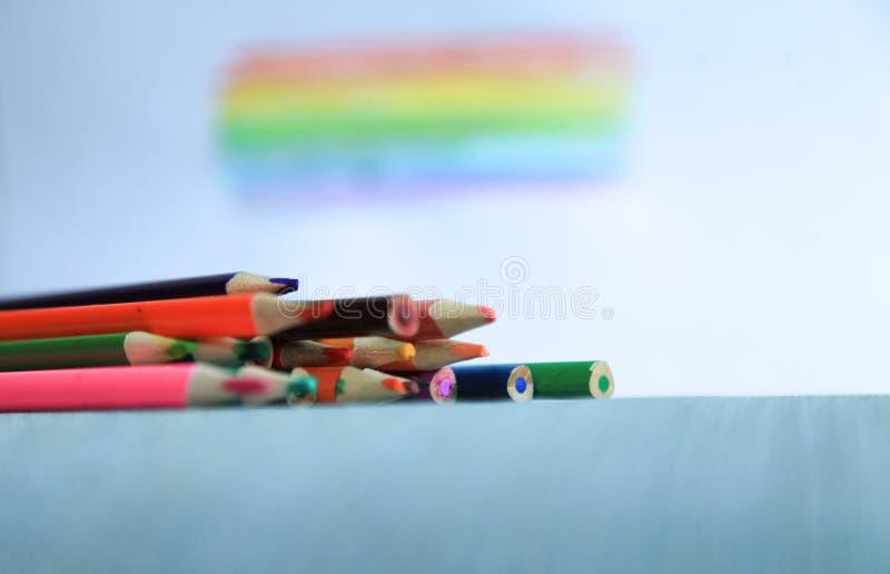 Le matite colorate dell'acquerello dipingono un arcobaleno creazione fotografia stock