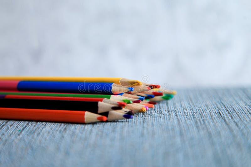 Le matite colorate dell'acquerello dipingono un arcobaleno creazione immagini stock libere da diritti