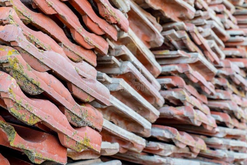 Le mattonelle di tetto dell'argilla rossa hanno messo nella pila dopo il vecchio rinnovamento dell'appartamento fotografie stock libere da diritti