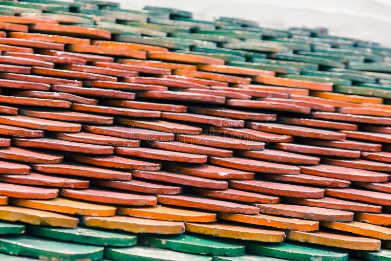 Le mattonelle di tetto sono fatte degli strati dell'argilla fotografia stock