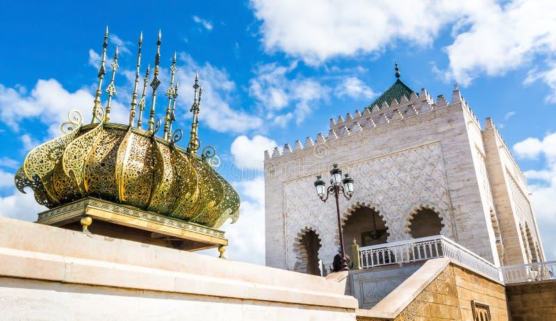 Le mausolée de Mohamed V est un bâtiment historique situé du côté opposé de Hassan Tower sur Yacoub al-Mansour photo libre de droits