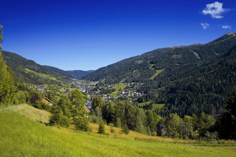 Le mauvais autrichien Kleinkirchheim de vallée d'Alpes photographie stock libre de droits