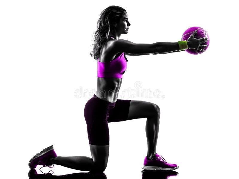 Le medicine-ball de forme physique de femme exerce la silhouette photos stock