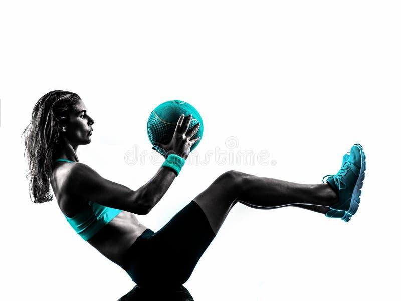 Le medicine-ball de forme physique de femme exerce la silhouette image stock