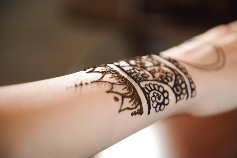 Le mehndi principal dessine le henné sur une main femelle photographie stock libre de droits