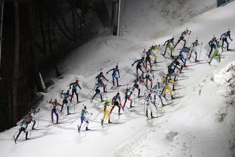 le meilleur biathlete 30 concurrencent dans le début de masse du ` s 15km d'hommes de biathlon aux 2018 Jeux Olympiques d'hiver photo stock