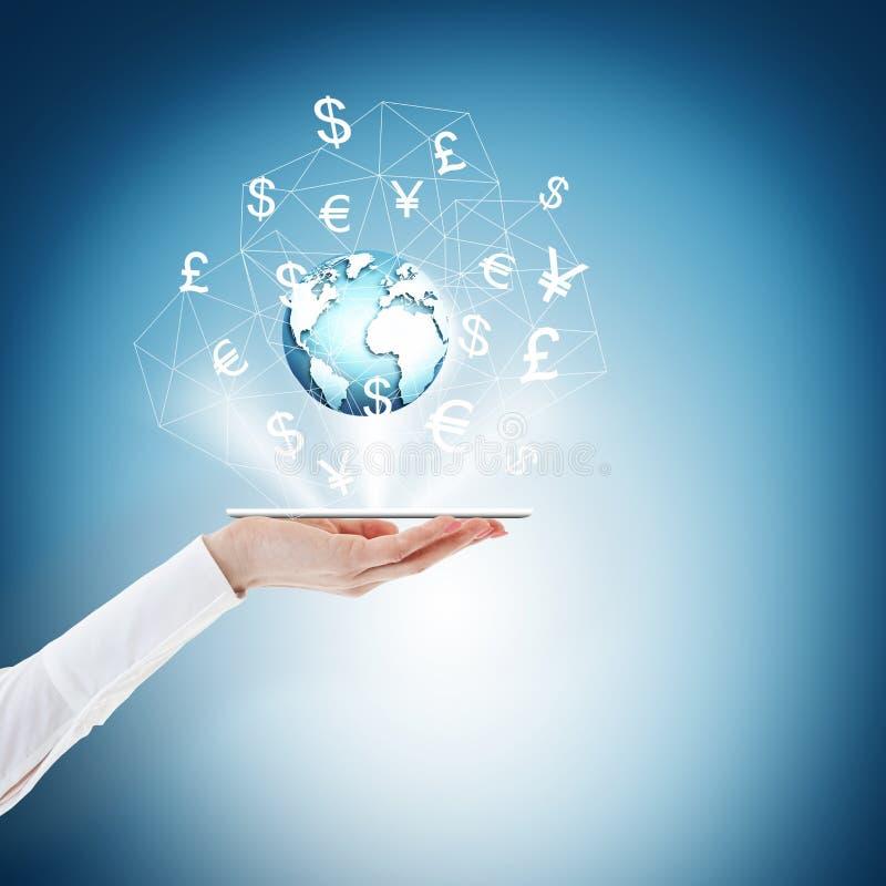 Le meilleur concept d'Internet des affaires globales de série de concepts Écran tactile, mains, globe Téléphone sur la paume, dev images libres de droits