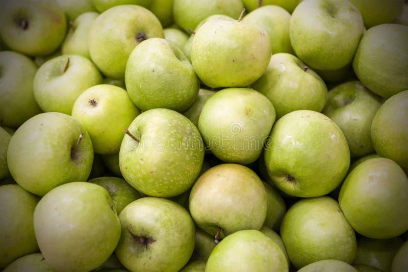 Le mele fresche hanno sparso fuori uno strato uguale fotografia stock libera da diritti