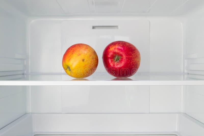 Le mele nella perdita di peso vuota aperta del frigorifero sono a dieta il concetto immagine stock