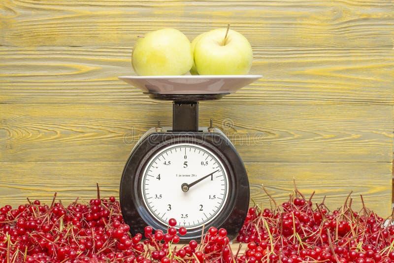 Le mele si trovano sulle scale meccaniche immagini stock