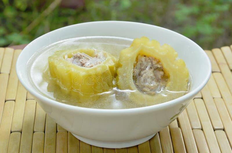 Le melon amer bouilli a bourré la soupe de nouilles hachée de porc et en verre sur la cuvette image stock