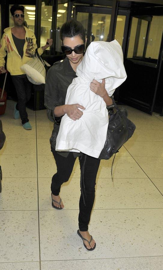 Le membre de la haute société Kim Kardashian est vu chez LAX image libre de droits