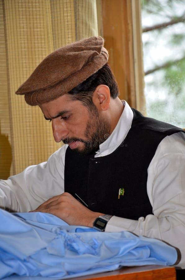 Le membre taliban pakistanais apprend la couture au centre professionnel de réadaptation en vallée de coup photos libres de droits