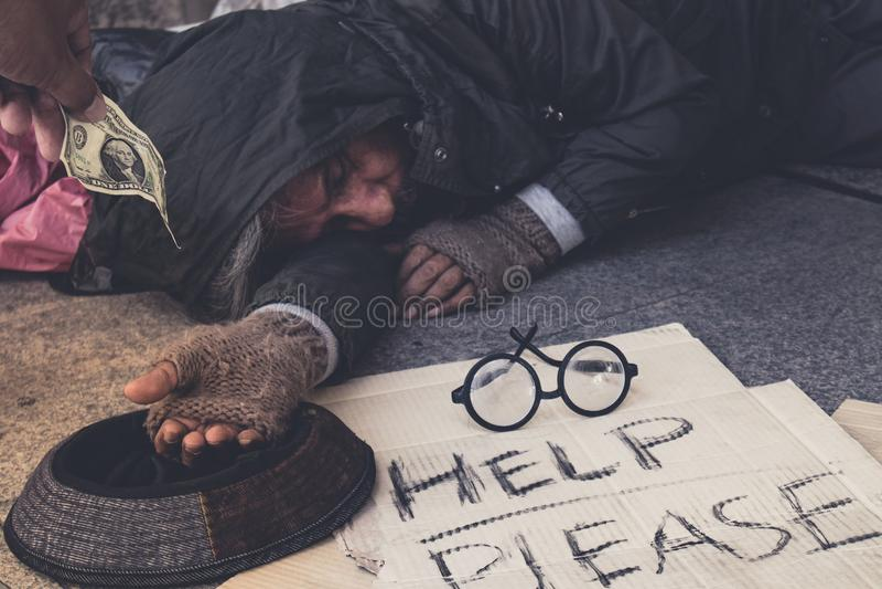 Le mendiant masculin, homme affamé sans abri le montrer pour remettre veulent l'argent de la nourriture à la rue de passage couve photos libres de droits