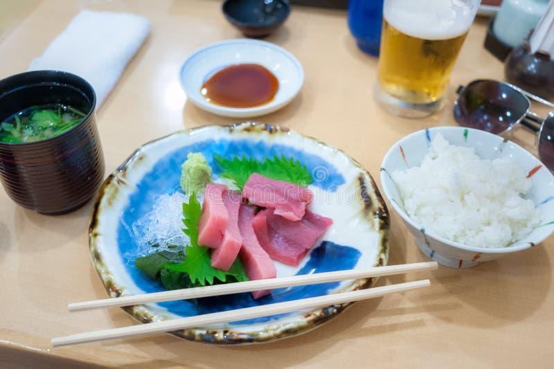 Le menu de sashimi d'ensemble de déjeuner à Tokyo, les tranches rouges crues de thon a servi avec photographie stock