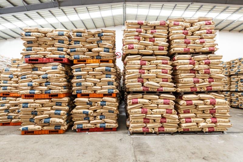 Le merci del nord del magazzino del trasporto della stazione ferroviaria di Hangzhou hanno accatastato su molti prodotti di Polyv immagini stock libere da diritti