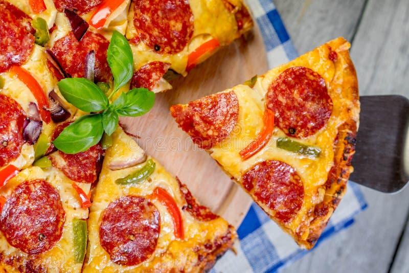Le merguez della pizza incidono i pezzi fotografia stock