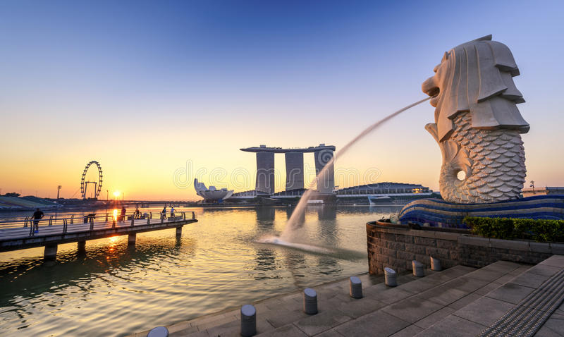 Le Merlion et la Marina Bay Sands Resort Hotel photo libre de droits