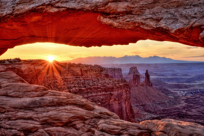 Le MESA arquent au lever de soleil, stationnement national de Canyonlands, Utah photographie stock