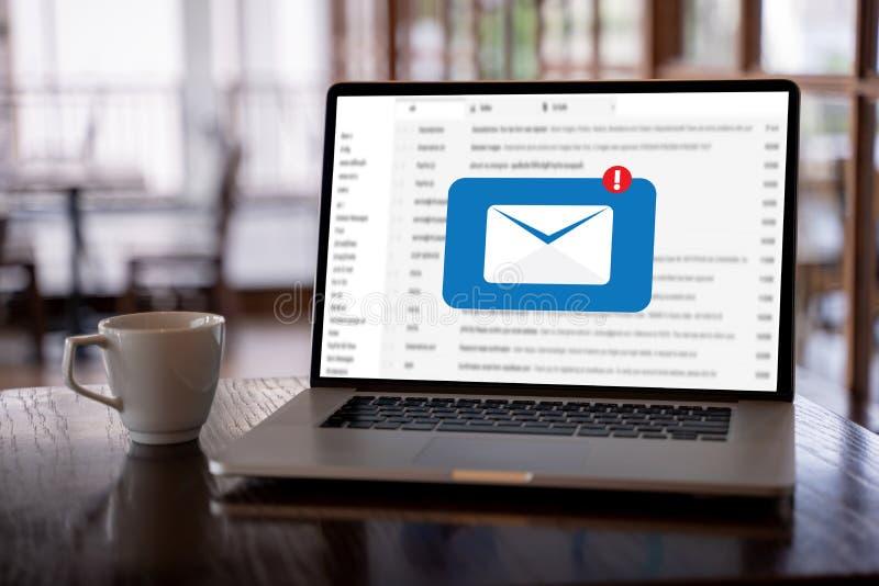 Le message de connexion de communication de courrier aux contacts de expédition téléphonent photographie stock libre de droits