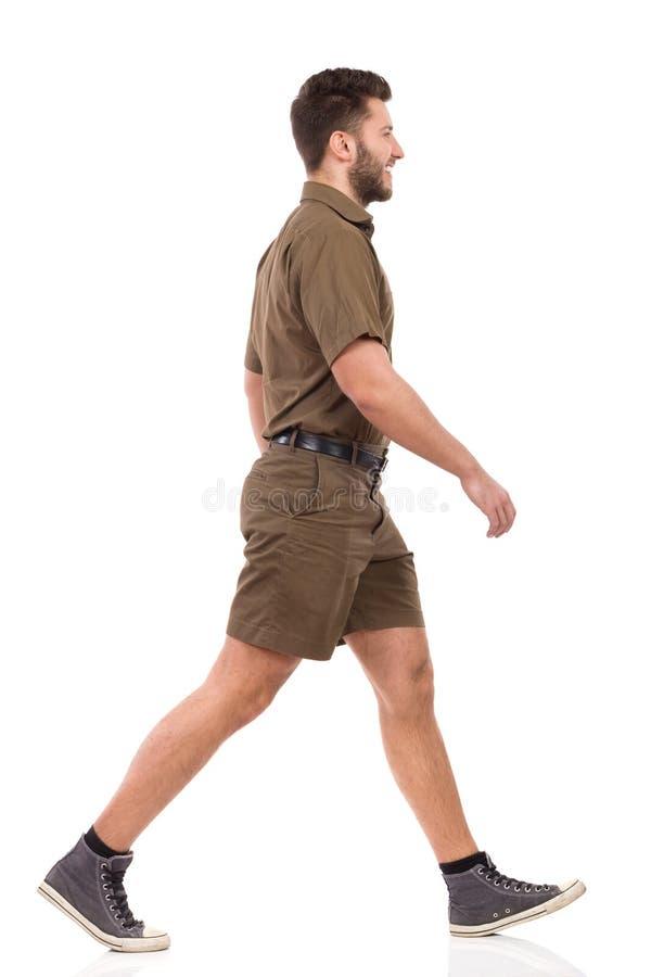 Le messager In Khaki Uniform marche et sourit image stock