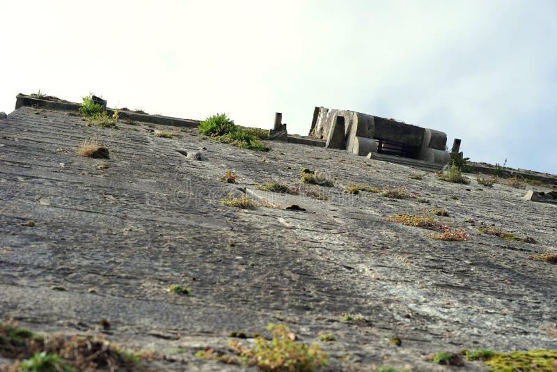 Le mesurage du mur de château prend la persévérance images stock