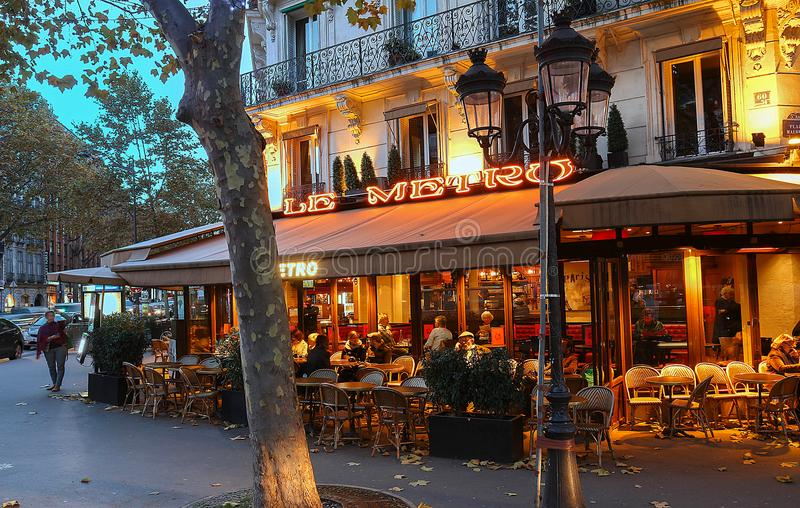 LE Metro είναι ένας χαρακτηριστικός παρισινός καφές που βρίσκεται στη λεωφόρο Αγίου Ζερμαίν στο Παρίσι, Γαλλία στοκ φωτογραφίες