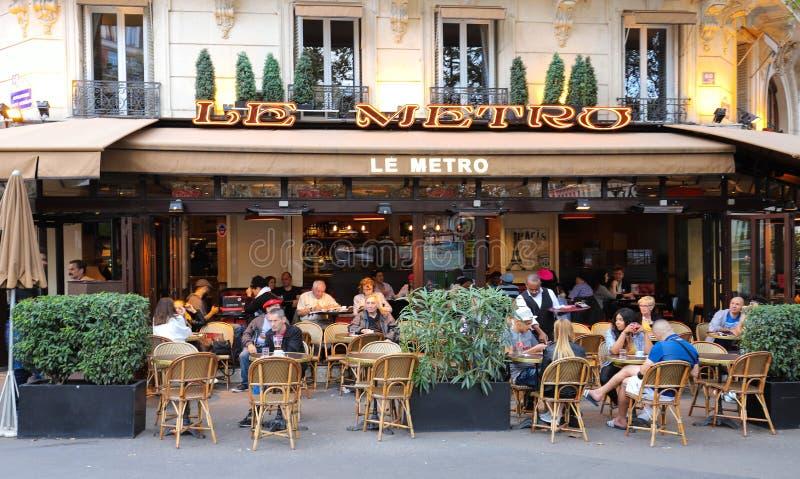 LE Metro είναι ένας χαρακτηριστικός παρισινός καφές που βρίσκεται στη λεωφόρο Αγίου Ζερμαίν στο Παρίσι, Γαλλία στοκ φωτογραφία με δικαίωμα ελεύθερης χρήσης