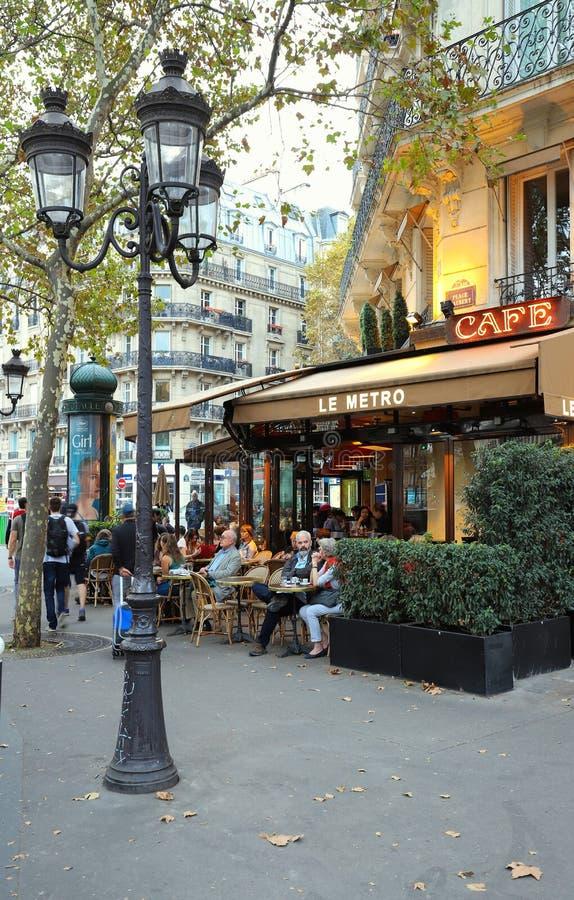 LE Metro είναι ένας χαρακτηριστικός παρισινός καφές που βρίσκεται στη λεωφόρο Αγίου Ζερμαίν στο Παρίσι, Γαλλία στοκ εικόνες