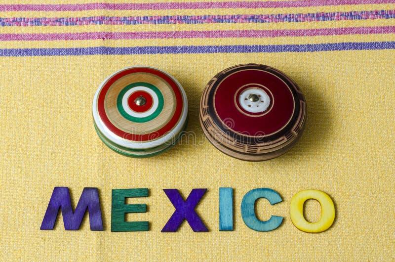 Le Mexique a fait à partir des lettres en bois colorées et des rétros yo-yo en bois photographie stock