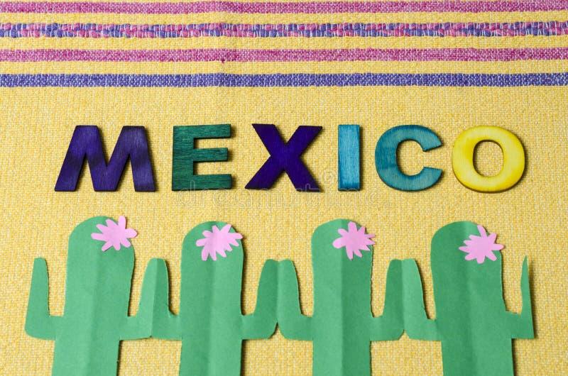 Le Mexique a fait ? partir des lettres en bois color?es et du cactus vert de papier images stock