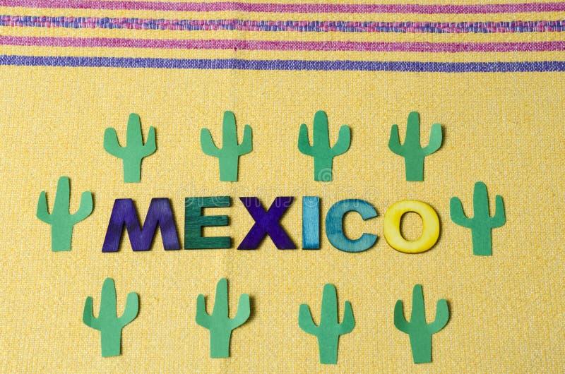 Le Mexique a fait ? partir des lettres en bois color?es et du cactus vert de papier image stock