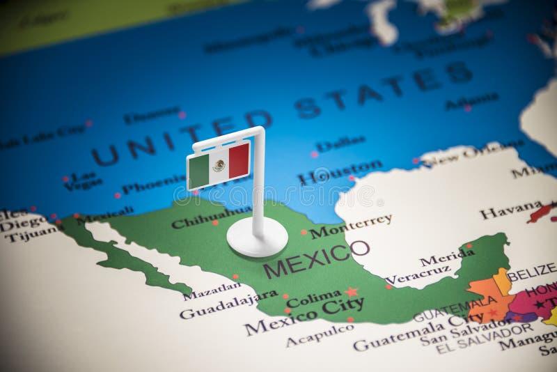 Le Mexique a identifié par un drapeau sur la carte images stock