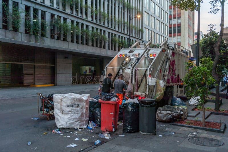 LE MEXIQUE - 19 OCTOBRE 2017 : Paysage urbain de matin du Mexique avec le camion à ordures et les personnes image libre de droits